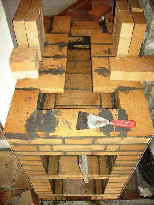 Por encima del horno se obliga al humo a hacer un recorrido para que deje el calor en los ladrillos